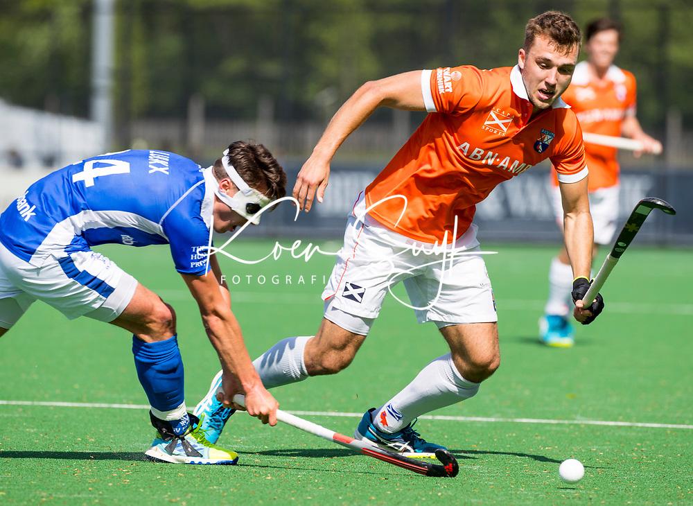 BLOEMENDAAL  -  Manu Stockbroekx (Bloemendaal) met links Jasper Luijkx (Kampong)   tijdens  de play offs heren hoofdklasse Bloemendaal-Kampong (0-2) . Kampong plaatst zich voor de finale.  COPYRIGHT KOEN SUYK