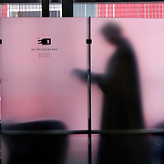 Nederland Rotterdam 3 september 2008 Foto: David Rozing ..illustratief beeld bij onderwerp recht, rechtspraak etc In scene gezet in rechtbank Rotterdam: Advocate bekijkt dossier ..Foto David Rozing