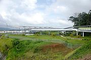 El nuevo Centro de Observación de la Ampliación en Colón es un concepto tipo parque, basado en terrazas y plataformas abiertas, techadas y escalonadas,  que facilitan la visión, sin obstrucción, de los trabajos de construcción de las nuevas esclusas del Canal de Panamá en el Atlántico. Al mismo tiempo, desde su privilegiada ubicación, los visitantes observan el majestuoso lago Gatún, por donde los barcos siguen su tránsito por la vía interoceánica. ©Victoria Murillo/Istmophoto.com