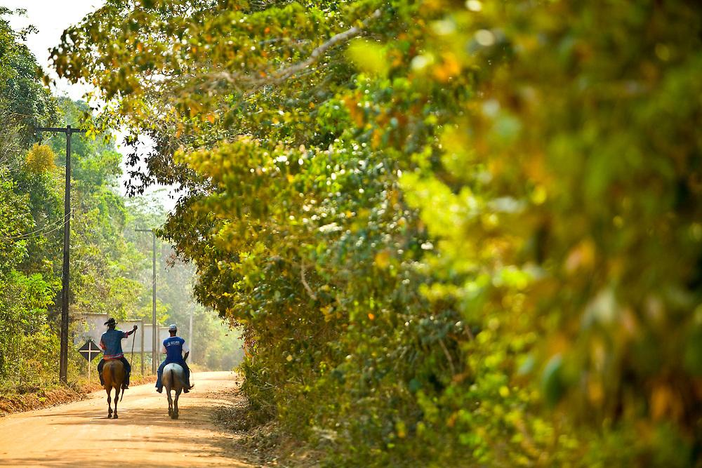 Porto Seguro_BA, Brasil...Cavaleiros na estrada de terra...Men riding horses on the dirty road...Foto: JOAO MARCOS ROSA / NITRO.