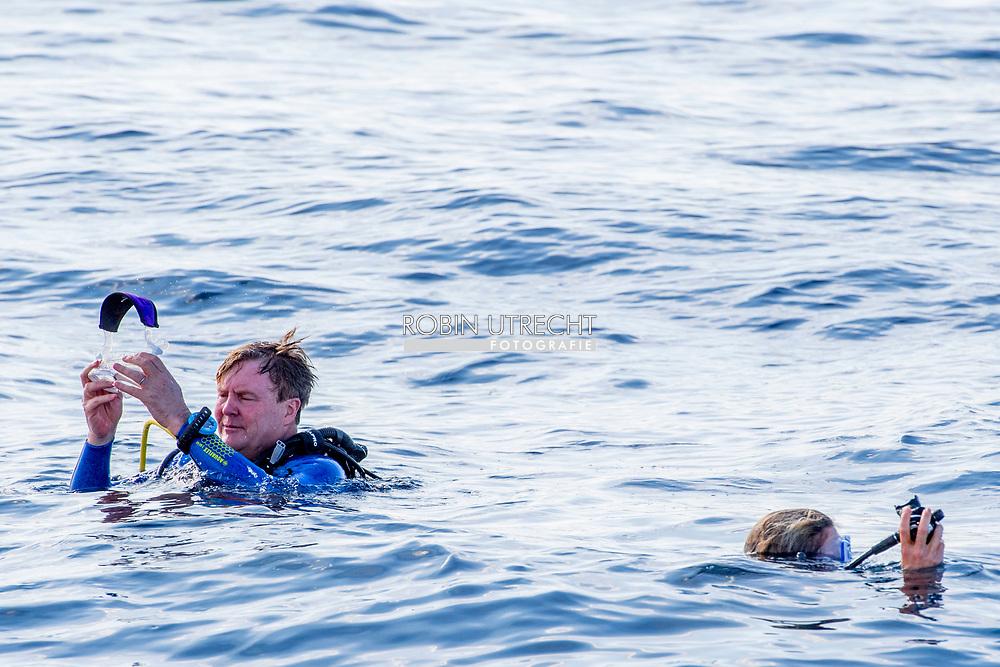 THE BOTTOM - Koning Willem-Alexander en koningin Maxima duiken in het water tijdens een vaartocht om de kwetsbare natuur en koraalriffen van de Saba Bank te bekijken. ANP ROYAL IMAGES ROBIN UTRECHT **NETHERLANDS ONLY**