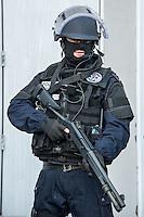 Membre de la BRI en tenue d'intervention<br /> Monsieur Bernard Cazeneuve, ministre de l'interieur, s'est rendu a Lyon, a l'Ecole Nationale Superieure de la Police afin de presenter ses voeux.A cet occasion il a visite les differents ateliers sur les capacites en cas d'intervention de la BAC, de la BRI, du RAID et de la PJ, sans oublier le CONSTOX, unite specialisee de constatation toxique de la police judiciaire.Il etait accompagn&eacute; du directeur general de la police nationale ainsi que de Michel Delpuech, Prefet de la region.