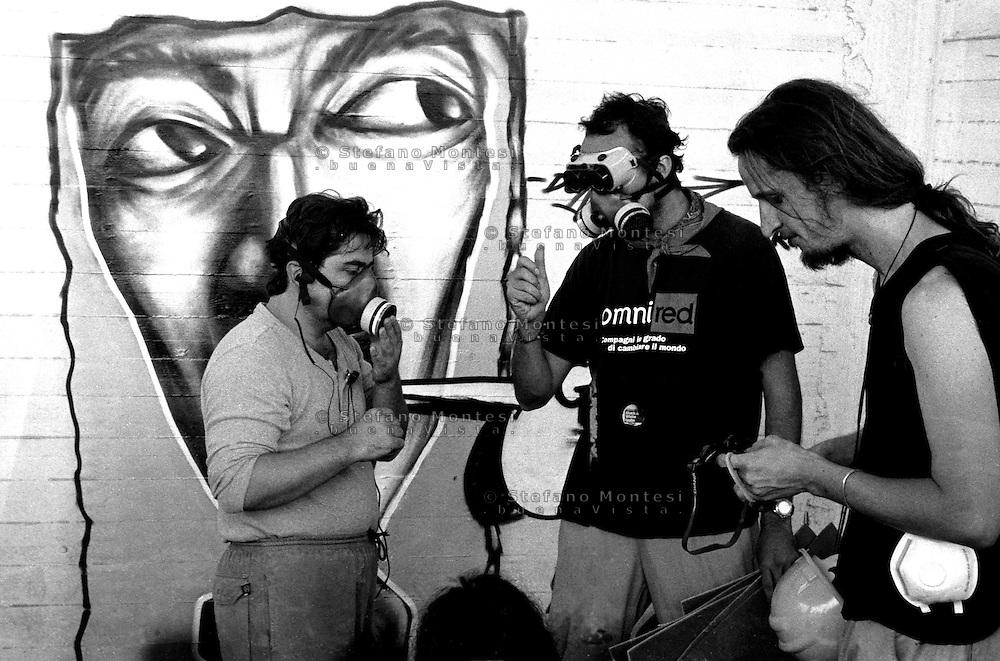 G8  Genova  Luglio 2001.Stadio Carlini sede del movimento dei Disobbedienti.I Preparativi per il corteo del 20 Luglio
