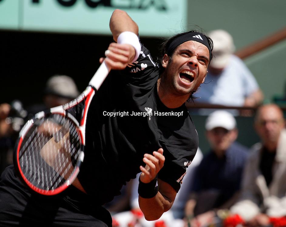 French Open 2009, Roland Garros, Paris, Frankreich,Sport, Tennis, ITF Grand Slam Tournament, <br /> Fernando Gonzales (CHI) schlaegt auf,Aufschlag,Service,action,<br /> <br /> <br /> Foto: Juergen Hasenkopf