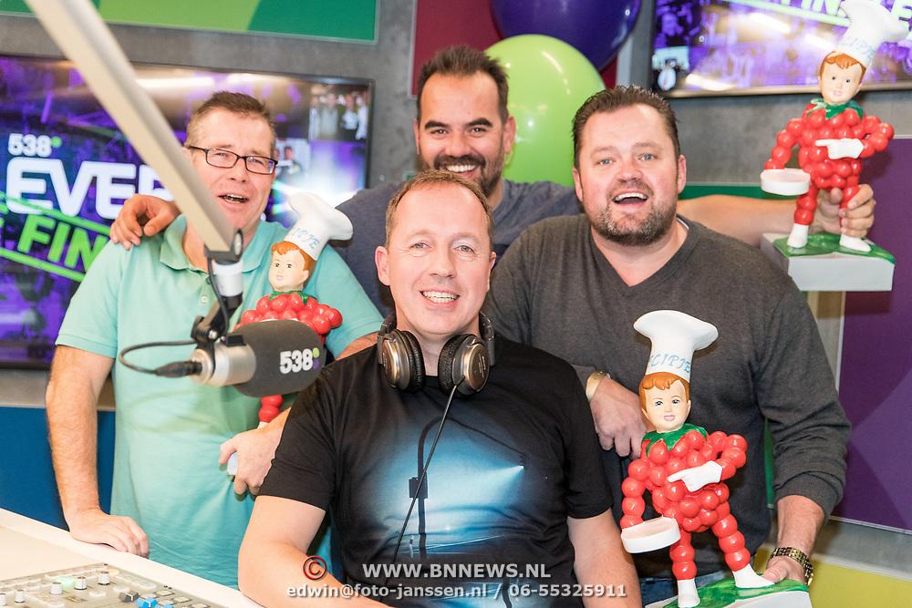 NLD/Hilversum/20181221 - Afscheidsuitzending Edwin Evers, Frans Duijts geeft aan het Team Evers Flipje kado