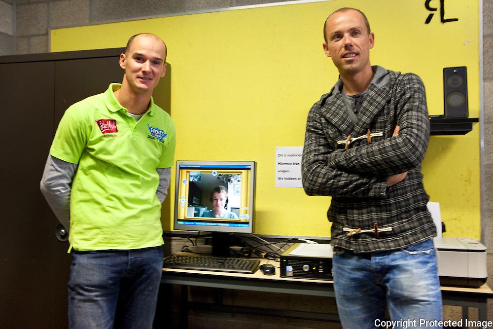 367029-Steven Everts en Sven Nys overhandigen check van 3000 euro om project Bednet te steunen- Igor student van Sint-Gummariscollege volgt via webcam de les thuis dankzij bednet-Lier