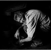 """Pendant plus de 50 ans, Aloys """"Mami"""" Castella passa  l'été à l'alpage """"en Lys"""" sur les hauts de la commune d'Albeuve comme garde génisses pour l'exploitation familiale. A l'aide de son cheval et d'un petit char il répends le fumier une fois par jour. Aloys """"Mami"""" Castella spent his lifetime in the mountains. Während 50 Jahren arbeitet Aloys """"Mami"""" Castella als Rinderhirt. Täglich bringt er den anfallenden Mist mit seinem Pferd auf die Wiese. © Romano P. Riedo"""