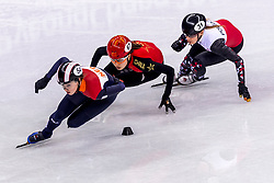 22-02-2018 KOR: Olympic Games day 13, PyeongChang<br /> Short Track Speedskating / Lara Van Ruijven of the Netherlands, Chunyu Qu of China