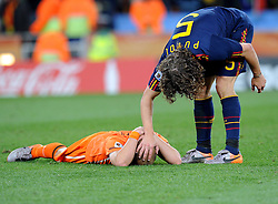 11-07-2010 VOETBAL: FIFA WK FINALE NEDERLAND - SPANJE: JOHANNESBURG<br /> Wesley Sneijder (Holland) der am Boden liegt wird von Weltmeister Carles Puyol (Spanien) getroosd<br /> EXPA Pictures © 2010 EXPA/ InsideFoto/ Perottino - ©2010-WWW.FOTOHOOGENDOORN.NL<br /> *** ATTENTION *** FOR NETHERLANDS USE ONLY!