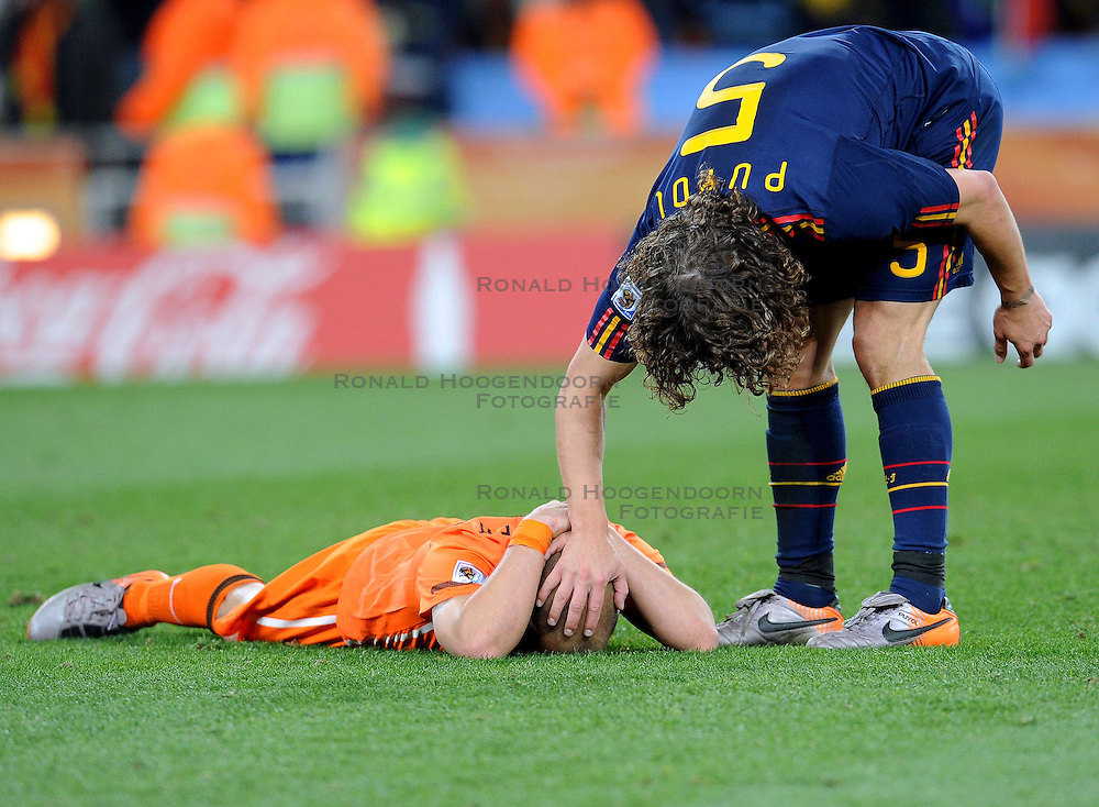 11-07-2010 VOETBAL: FIFA WK FINALE NEDERLAND - SPANJE: JOHANNESBURG<br /> Wesley Sneijder (Holland) der am Boden liegt wird von Weltmeister Carles Puyol (Spanien) getroosd<br /> EXPA Pictures &copy; 2010 EXPA/ InsideFoto/ Perottino - &copy;2010-WWW.FOTOHOOGENDOORN.NL<br /> *** ATTENTION *** FOR NETHERLANDS USE ONLY!