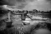 In the bush people have no access to water pumps with clean water...Right in the heart of Africa, surrounded by Chad, Sudan and the Democratic Republic of Congo is the Central African Republic (CAR). In line with its neighbours this country is ravaged by internal conflicts. Several rebel groups are engaged in a permanent war with the government. Army and militias have burnt down thousands of villages. The population fled into the bush where an estimated 100,000 still live. ..The Central African Republic has many Internally Displaced People (IDP's). Nobody knows how many. It is almost impossible to register them. There is only one IDP camp in a country the size of Texas. Many crossed the border to Chad, but the majority lives spread out in the bush. Whole communities live in small huts trying to hide amongst the barren trees. Small patches of land are cultivated but don't produce enough to feed the population. The main crop is Cassava. The shortage of food and the unbalanced diet result in children with swollen belies, malnourished babies and a rate of death amongst children under the age of five which, at 167 out of 1000, is one of the highest in the world. ..---..In de dorpen die de Centraal-Afrikanen ontvlucht zijn was meestal wel toegang tot een waterput. In de bush moet men het doen met poeltjes troebel water...Omringd door Chad, Darfur en de Democratische Republiek Congo ligt de Centraal Afrikaanse Republiek. In lijn met de buren wordt ook dit land verscheurd door interne conflicten. Verschillende rebellengroepen zijn in een permanente oorlog met de regering verwikkeld. Duizenden dorpen zijn door, vooral het leger, maar ook door andere milities afgebrand. De bevolking is gevlucht..Het enige verschil is dat de wereld hier niet in gei?nteresseerd lijkt. Het is een van de armste landen ter wereld, de economie ligt al decennia op zijn gat en zelfs de meeste hulporganisaties lopen met een grote boog om het land heen. ..De Centraal Afrikaanse Republiek (CAR) telt een