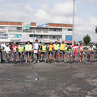 """METEPEC, México.- Jesús Márquez Martínez, de 47 años de edad, ha """"rodado"""" en su bicicleta más de 19 mil 500 kilómetros, recorriendo más de 30 estados de la República en su denominado """"Recorrido por la Paz"""", cuyo inicio fue en septiembre del año 2012 y concluyo este  21 de septiembre en el Municipio de Metepec. Agencia MVT / José Hernández. (DIGITAL)"""