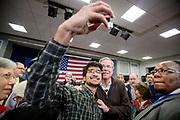 """New London, New Hampshire, USA, 20160202: Studenten Mohamed Ibrahim får sneket seg til en selfie med Jeb Bush. Den republikanske presidentkandidaten gjorde en såkalt """"town hall"""" på Colby Sawyer College.  Foto: Ørjan F. Ellingvåg"""