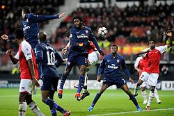 20-10-2009 VOETBAL: AZ - ARSENAL: ALKMAAR<br /> AZ in slotminuut naast Arsenal 1-1 / Robin van Persie en Alex Song koppen de bal weg<br /> ©2009-WWW.FOTOHOOGENDOORN.NL