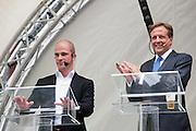 Diederik Samsom en Alexander Pechtold. In Utrecht vindt tijdens de introductiedagen het eerste lijsttrekkersdebat plaats voor de Tweede Kamerverkiezingen. Diederik Samsom (PvdA), Alexander Pechtold (D'66), Arie Slob (ChristenUnie), Jolande Sap (GroenLinks) en Sybrand Buma (CDA) discussieerden vooral over de zaken die studenten aangaan. Pechtold en Samsom wonnen samen het debat.<br /> <br /> Diederik Samsom and Alexander Pechtold. At the introduction days for the Utrecht University freshmen, political leaders are debating for the first time to start the campaign for the elections of the Dutch parliament. Diederik Samsom (PvdA), Alexander Pechtold (D'66), Arie Slob (ChristenUnie), Jolande Sap (GroenLinks) and Sybrand van Haersma Buma (CDA) are debating mainly on issues concerning education. Samsom and Pechtold won this debate equally.