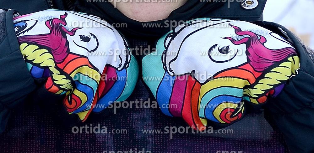 08-02-2014 SNOWBOARDEN: OLYMPIC GAMES: SOTSJI<br /> Cheryl Maas toont de handschoenen met de regenboogvlag.<br /> ©2014-FotoHoogendoorn.nl<br />  / Sportida