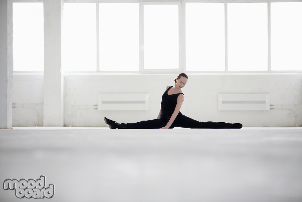 Female dancer doing the splits