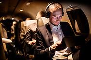 Udenrigsminister Kristian Jensen på besøg i Ukraine. Her sidder ministeren forrest i det lille privatfly som udenrigsministeriet har lejet til turen. Flyvetiden bruges til at arbejde på iPaden