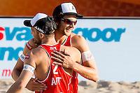 ROTTERDAM - Poulewedstrijd Brouwer/Meeuwsen - Huver/Seidl , Beachvolleybal , WK Beach Volleybal 2015 , 27-06-2015 , Robin Seidl uit Oostenrijk (r) en Alexander Huber uit Oostenrijk (l) vieren hun punt