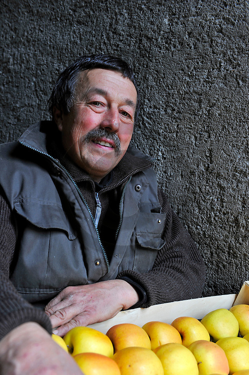 17/02/12 - SAINT FLORET - PUY DE DOME - FRANCE - Mr Meunier, producteur de pommes et transformateur de jus de pomme - Photo Jerome CHABANNE