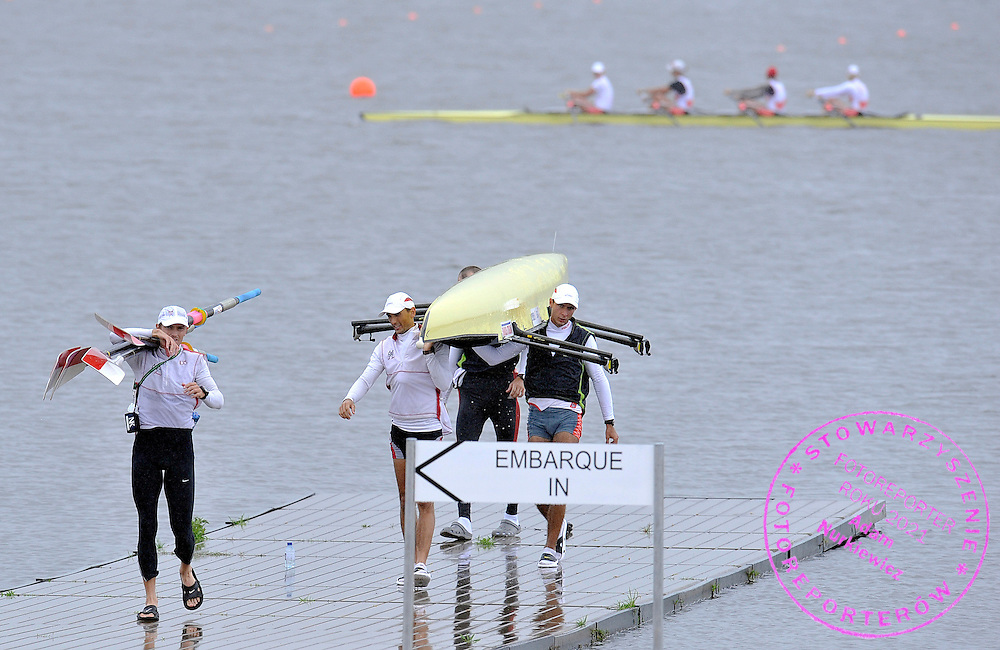(L) PAWEL RANDA CARRIES OARS AND LUKASZ SIEMION & MILOSZ BERNATAJTYS & LUKASZ PAWLOWSKI CARRY THEIR BOAT AFTER TREINING SESSION IN MEN'S LIGHTWEIGHT FOUR THREE DAYS BEFORE REGATTA EUROPEAN ROWING CHAMPIONSHIPS IN MONTEMOR-O-VELHO, PORTUGAL...PORTUGAL , MONTEMOR-O-VELHO , SEPTEMBER 7, 2010..( PHOTO BY ADAM NURKIEWICZ / MEDIASPORT ).