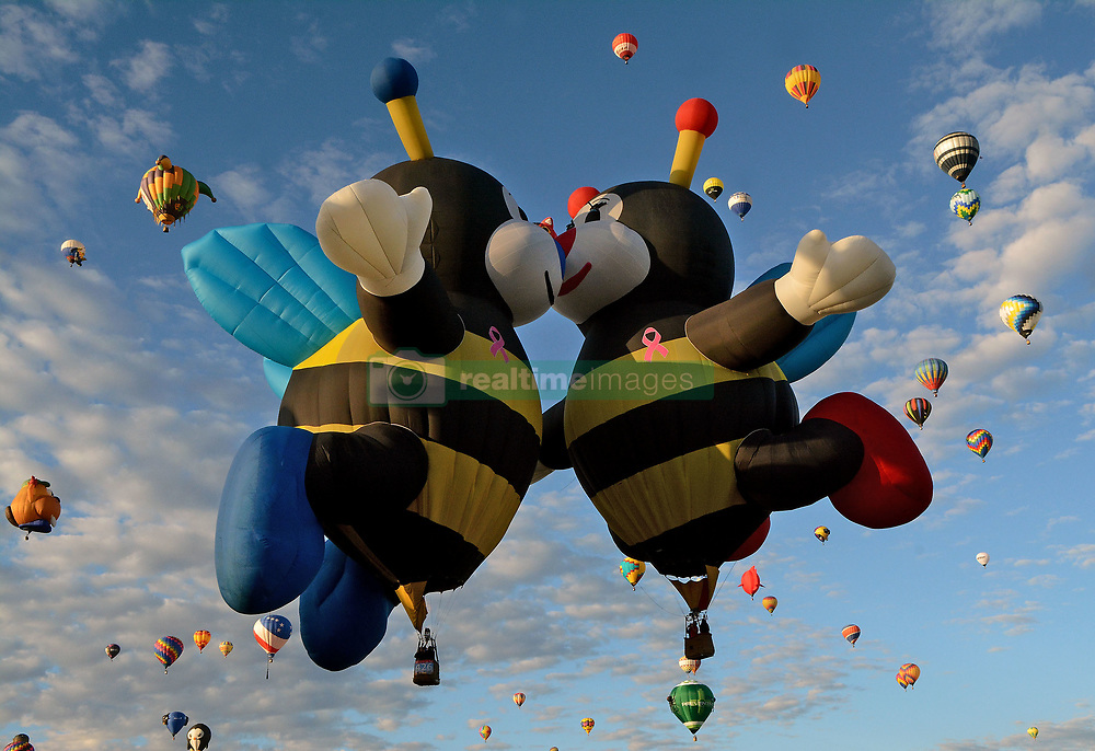 October 13, 2017 - Albuquerque, New Mexico, U.S. -The Joey (left) and Lilly Little Bee kiss on take off during the morning Special Shape Rodeo at Albuquerque International Balloon Fiesta Park. Friday,Oct. 13, 2017. (Credit Image: © Jim Thompson/Albuquerque Journal via ZUMA Wire)