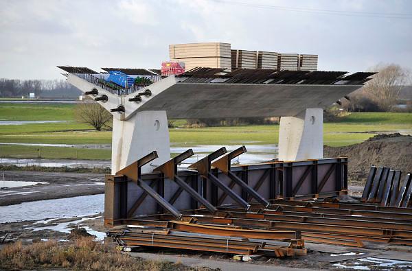 Nederland, Nijmegen, 3-1-2012Bouwplaats aan de westrand van Nijmegen waar men werkt aan de aanleg van een nieuwe waalbrug, de stadsbrug, die Nijmegen verbindt met het stadsdeel Lent en oosterhout aan de andere kant van de rivier. Hij gaat de oversteek heten. Een van de landpijlers.De brug is een ontwerp van de Belgische architecten Ney en Paulissen.Foto: Flip Franssen/Hollandse Hoogte