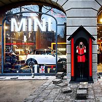 Nederland, Amsterdam , 15 december 2011...Automerk Mini opent zijn eerste eigen winkel ter wereld in het Hirschgebouw aan het Amsterdamse Leidseplein. Volgens eigenaar BMW past het 'hippe' Amsterdam goed bij het merk Mini..Op de begane grond van het Hirschgebouw, aan de kant van het American Hotel, komt een 270 meter grote Miniwinkel. Daar zal van alles over het merk te koop zijn – van t-shirts tot horloges, speelgoedwagentjes en zelfs een Mini-vouwfiets – behalve auto's. De Mini Store wordt nadrukkelijk gepositioneerd als een Brand Activation Store en niet als autodealer. Wel kunnen potentiële klanten er via beeldschermen een auto samenstellen..Op de foto: De laatste voorbereidingen voor de officiele opening worden deze morgen getroffen..Car brand Mini opens its first shop in the world in the Hirsch building on Amsterdam's Leidseplein. According to BMW owner  the Mini brand and Amsterdam are a match.