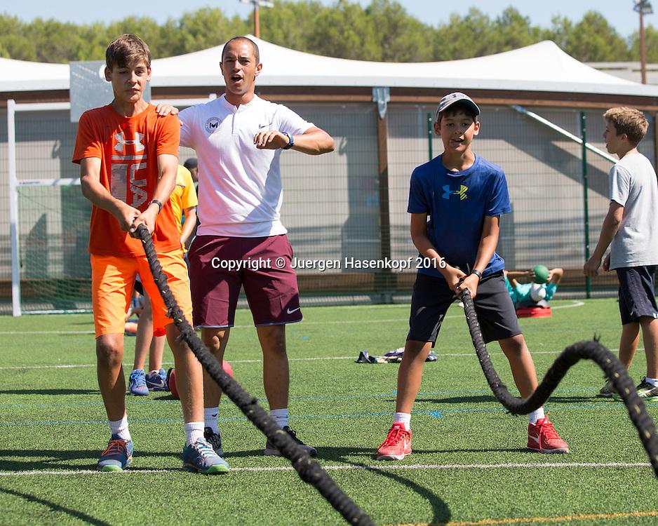 Daniel und der grosse Bruder Samuel Motazed (AUT)  trainieren Fitness in der Mouratoglou Tennis Academy M.T.A Sophia Country Club, Biot, FRA.<br /> <br />  - Mouratoglou Tennis Academy  -  -   Sophia Country Club, - Biot -  - Frankreich  - 28 July 2016. <br /> &copy; Juergen Hasenkopf