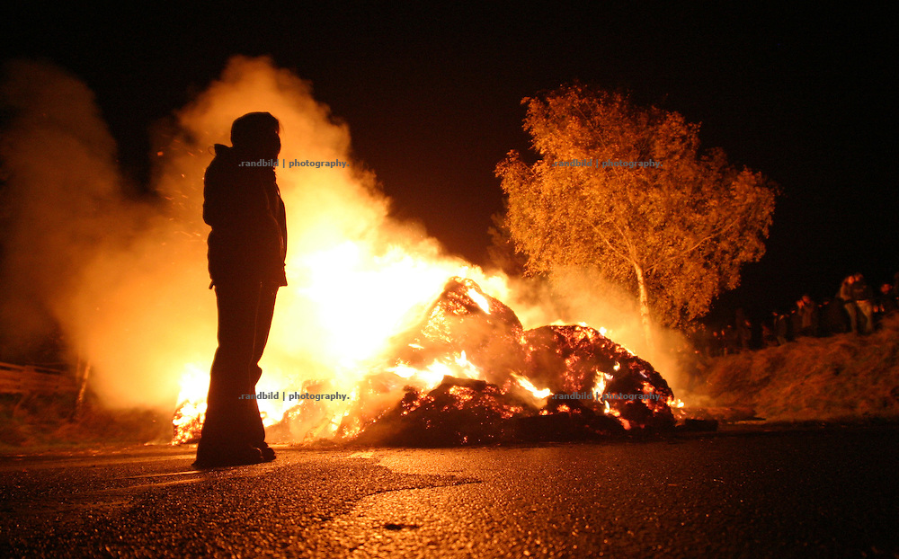 Deutschland, Metzingen, 2006-10-11, Ein brennende Strassen-Barrikade im Wendland als Protest gegen einen Castortransport nach Gorleben.   (A burning barricade on a street near Gorleben. It´s a protest action against a nuclear waste transport.)