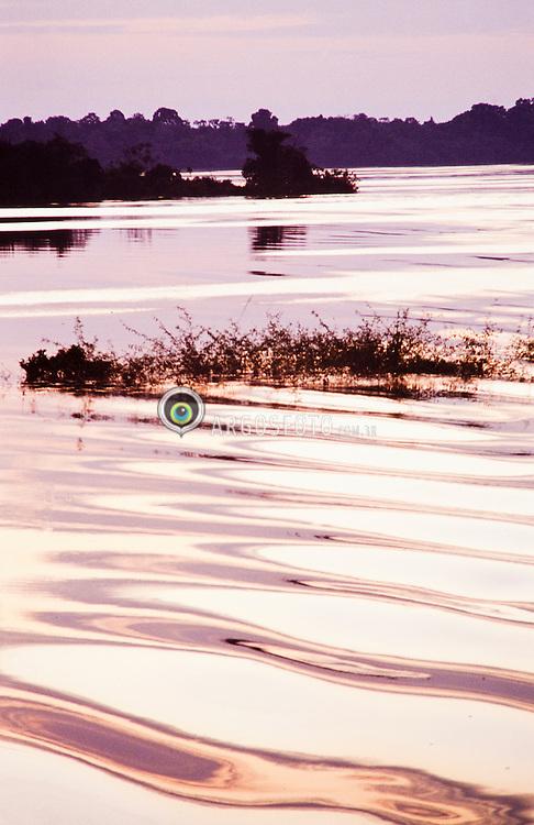 O rio Negro, maior afluente da margem esquerda do rio Amazonas, o mais extenso rio de agua negra do mundo / Rio Negro (English: Black River) is the largest left tributary of the Amazon and the largest blackwater river in the world. The Rio Negro flows into the Rio Solimoes to form the Amazon River below Manaus, Brazil.
