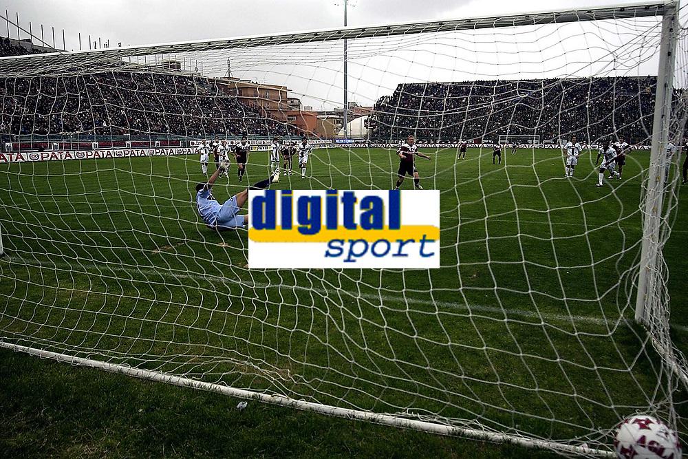 Fotball<br /> Serie A Italia 2004/05<br /> Reggina v Parma<br /> 10. april 2005<br /> Foto: Digitalsport<br /> NORWAY ONLY<br /> Mozart Reggina scores penalty of 1-2
