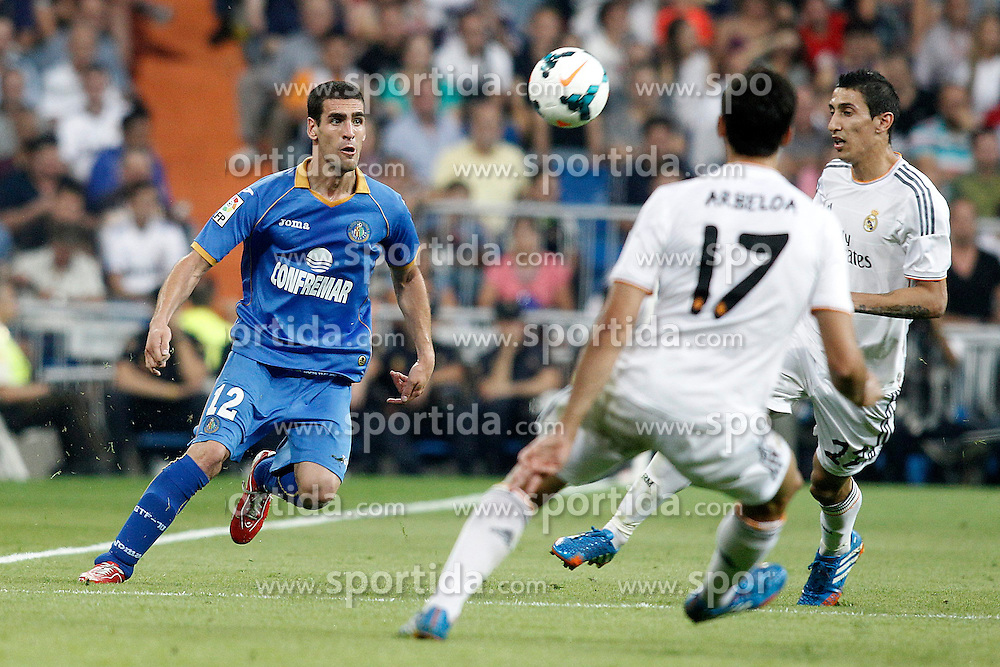 22.09.2013, Estadio Santiago Bernabeu, Madrid, ESP, Primera Division, Real Madrid vs FC Getafe, 5. Runde, im Bild Real Madrid's Alvaro Arbeloa (c) and Angel Di Maria (r) and Getafe's Alvaro Arroyo // during the Spanish Primera Division 5th round match between Real Madrid CF and Getafe FC at the Estadio Santiago Bernabeu, Madrid, Spain on 2013/09/22. EXPA Pictures &copy; 2013, PhotoCredit: EXPA/ Alterphotos/ Acero<br /> <br /> ***** ATTENTION - OUT OF ESP and SUI *****