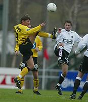 Fotball, 21. april 2002. Tippeligaen, Sogndal v  Start. Fosshaugane. Helge Bjønsaas, Start, og Alexander Ødegaard, Sogndal.