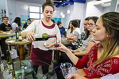 Degustação de vinhos no estande do Uruguai