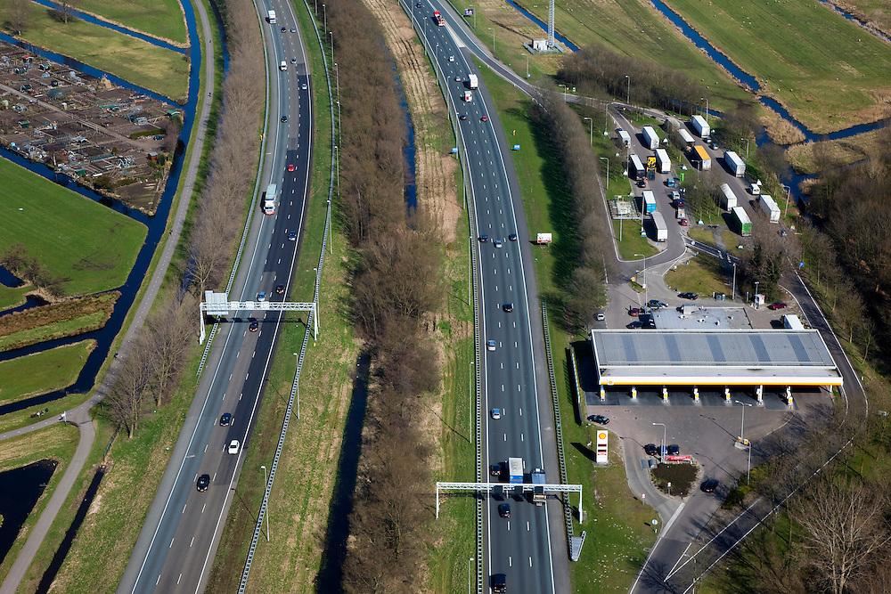 Nederland, Zuid-Holland, Gouda, 20-03-2009; verzorgingsplaats De Andel aan snelweg A12, met tankstation en geparkeerde vrachtauto's. De A12 is zeer ruim opgezet en heeft aparte rijbanen. Portalen boven de weg voorzien van matrixborden en ANWB-borden sturen het verkeer.  Fuel station on the motorway A12 with parked trucks. The A12 is very spacious and has separate lanes. Matrix signs and ANWB signs guide the traffic..Swart collectie, luchtfoto (toeslag); Swart Collection, aerial photo (additional fee required).foto Siebe Swart / photo Siebe Swart