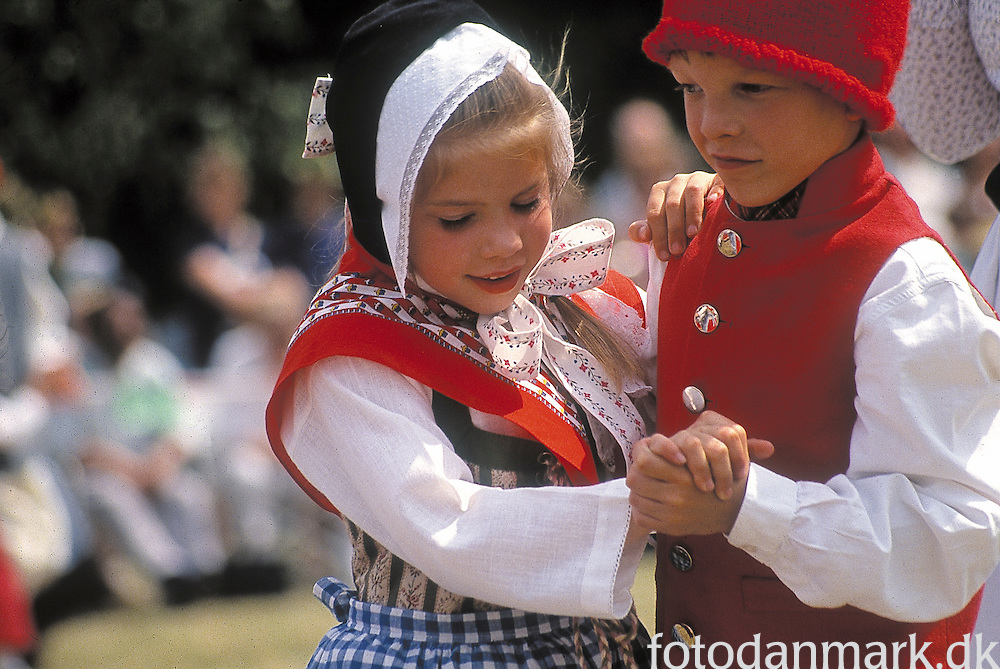 Girl and boy dancing in Knuthenborg