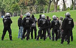 07.09.2010, Weserstadion, Bremen, GER, Polizeiübung / Polizeiuebung, im Bild Polizisten versperren einer Fangruppe den Weg   EXPA Pictures © 2010, PhotoCredit: EXPA/ nph/  Frisch+++++ ATTENTION - OUT OF GER +++++