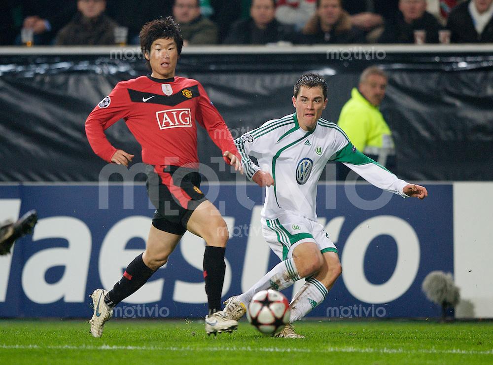 Fussball Uefa Champions League VFL Wolfsburg - Manchester United FC Ji-Sung PARK (Manchester) gegen Marcel SCHAEFER (Wolfsburg).
