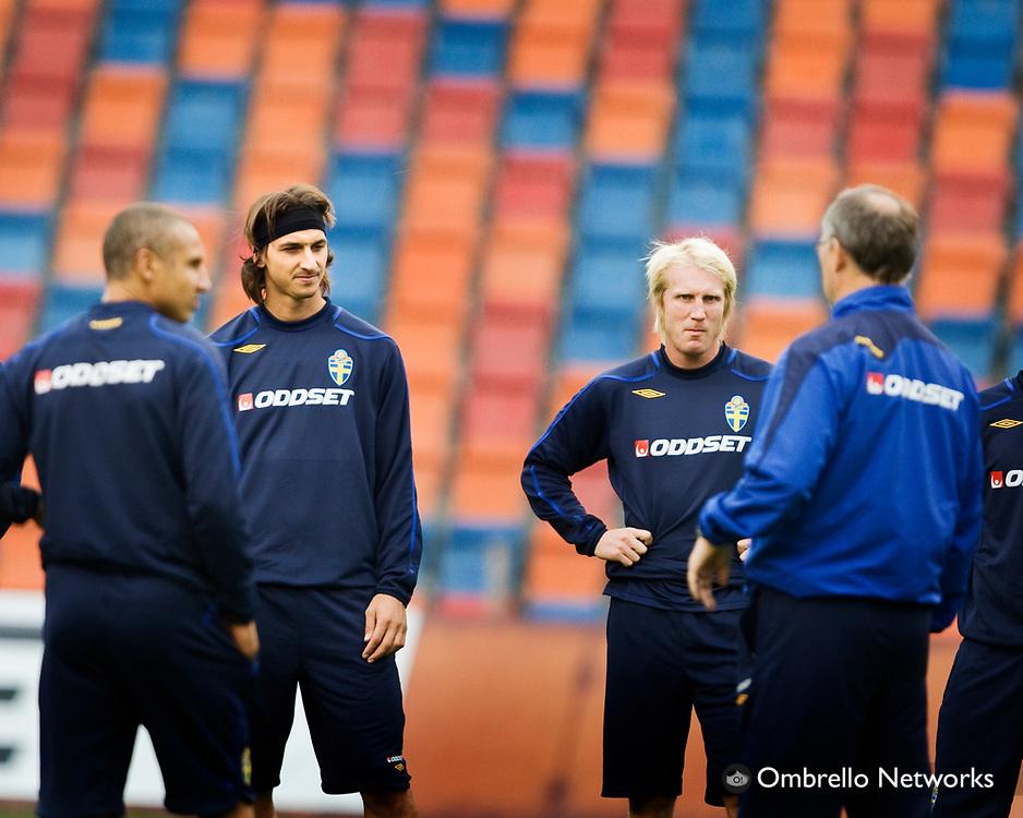 STOCKHOLM 080908<br /> TR&Auml;NING FOTBOLLSLANDSLAGET VM-KVAL<br /> I bild: Zlatan Ibrahimovic och Petter Hansson lyssnar p&aring; Lars Lagerb&auml;ck.