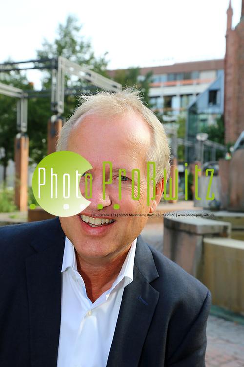 Ludwigshafen. 25.08.17   Dr. Peter Uebel.<br /> Innenstadt. Lutherplatz. Kandidat der CDU zur Oberb&uuml;rgermeisterwahl in Ludwigshafen Dr. Peter Uebel.<br /> <br /> <br /> BILD- ID 1008  <br /> Bild: Markus Prosswitz 25AUG17 / masterpress (Bild ist honorarpflichtig - No Model Release!)