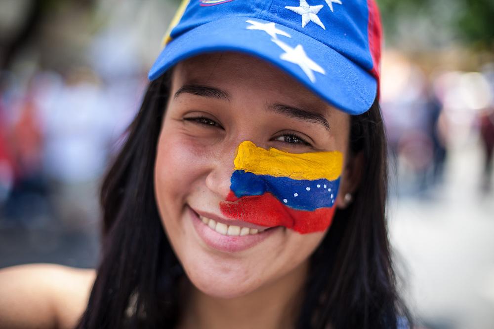 Una mujer simpatizante del candidato opositor, Henrique Capriles Radonski muestra su maquillaje alusivo a la bandera de Venezuela durante la llamada marcha Heroica realizada en Caracas, Venezuela. 7 Abril 2013. (Foto/ivan gonzalez)
