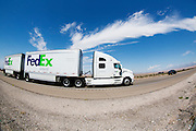 Een vrachtwagen van FedEx rijdt over een snelweg in de Amerikaanse staat Nevada.<br />