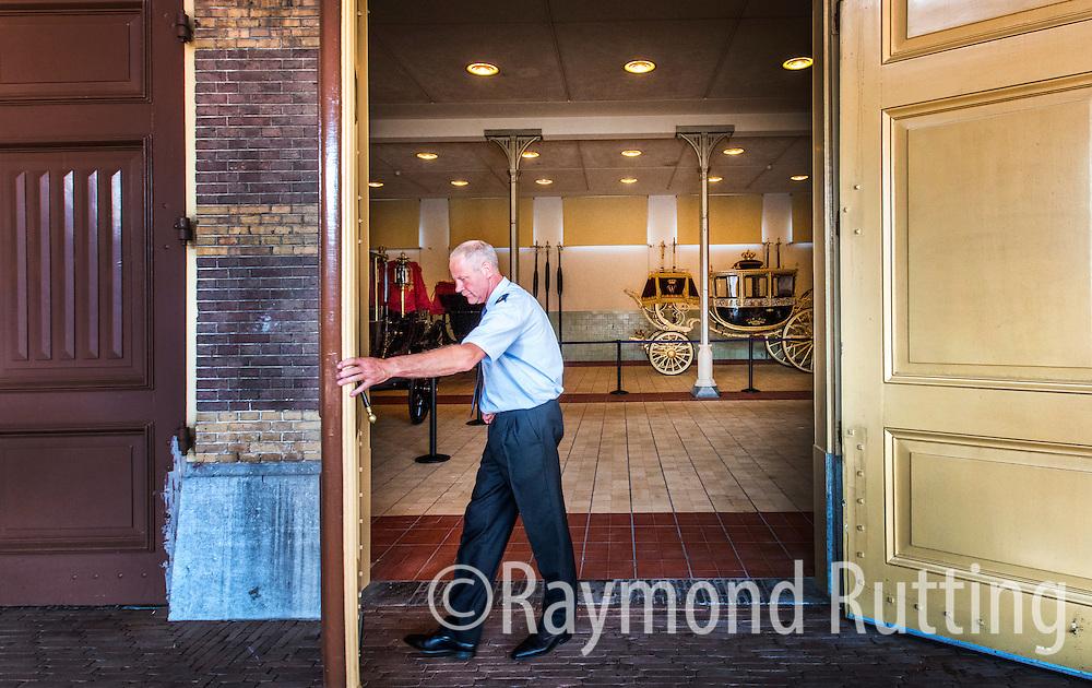 Den haag- de glazen koets in de koninklijke stallen. foto raymond rutting