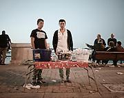 Giovani venditori ambulanti di bibite durante la festa di San Nicola di Bari. Bari, 8 maggio 2013. Christian Mantuano / OneShot <br /> Young hawkers of drink during the feast of St. Nicholas of Bari Bari, 8 May 2013. Christian Mantuano / OneShot