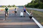 Jan van Steeg loopt terug naar de pitsstraat nadat hij voor de derde keer is gevallen. In Schipkau worden recordpogingen gedaan met ligfietsen. Er wordt zowel een poging gedaan het uurrecord te breken als het 6-uur2, 12-uurs en 24 uurrecord.<br /> <br /> In Schipkau records attempt cycling are taking place. The riders will try to set a new hour, 6-hours, 12-hours and 24-hours record.