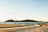 Praia do Campeche ao amanhecer e Ilha do Campeche ao fundo. Florianópolis, Santa Catarina, Brasil. / Campeche Beach at dawn and Campeche Island in the background. Florianopolis, Santa Catarina, Brazil.