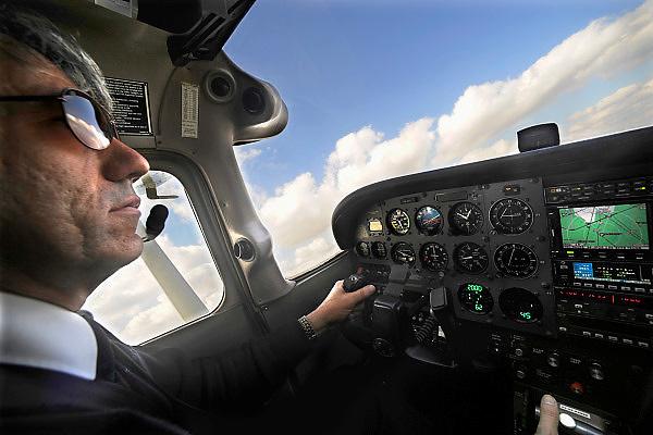 Nederl;and, Teuge, 27-3-2009Vliegschool Stella aviation academy op vliegveldTeuge. Een instructeur en de instrumenten in de cockpit van een Cesna 172.Flyingschool Stella aviation academy at airport Teuge. Foto: Flip Franssen/Hollandse Hoogte
