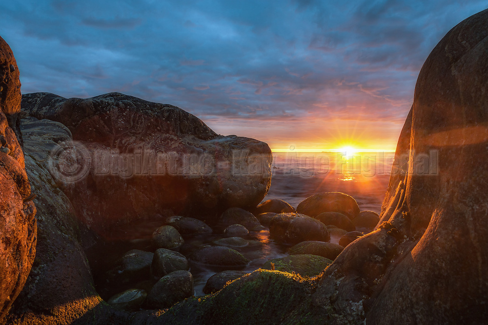 Sunset behind rocks by the ocean | Solnedgang bak berg ved havet.
