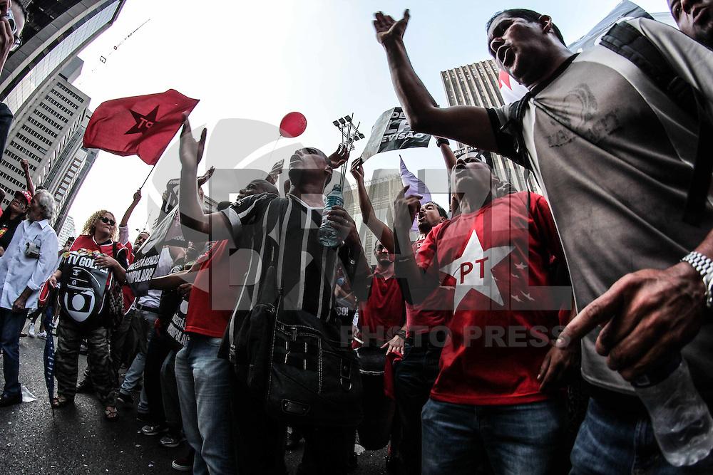 SÃO PAULO, SP, 18.03.2016 - PROTESTO-SP - Manifestantes pró-governo Dilma Rousseff durante ato em frente ao prédio da Fiesp, na Avenida Paulista, em São Paulo (SP),  nesta  sexta-feira (18). (Foto: Marcio Ribeiro/Brazil Photo Press)